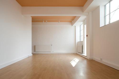 如果办公室是木质材料作为地板的话,装修怎么办?