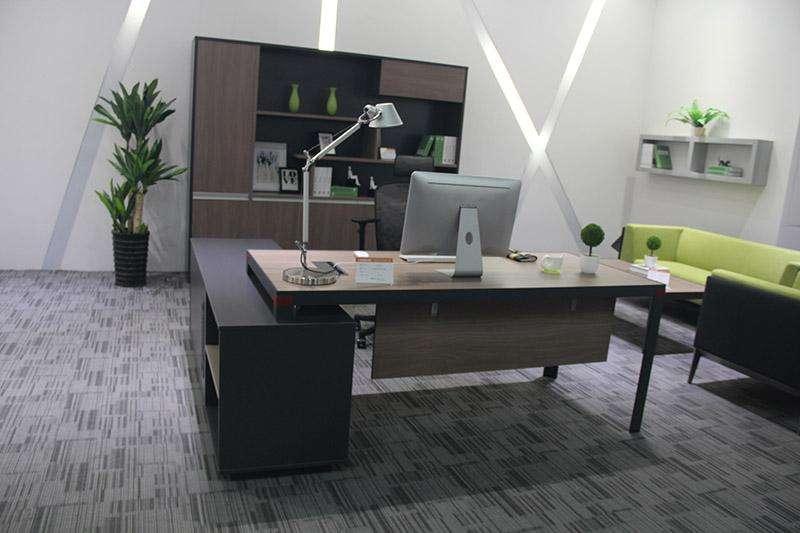 办公室桌子的色调与室内设计风格要配对